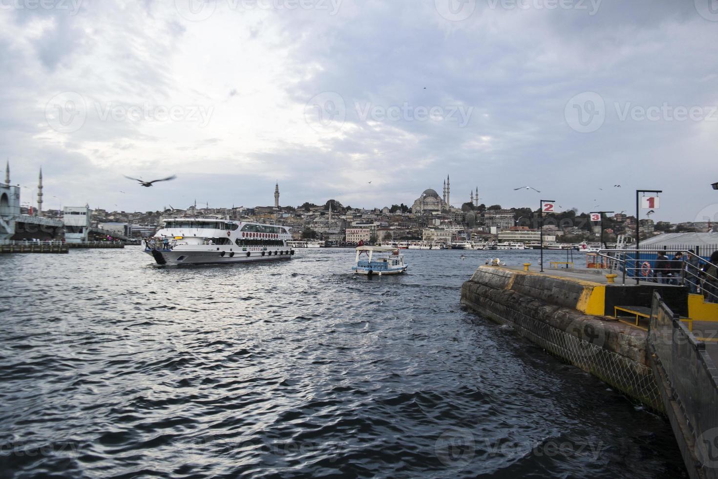 zeeverkeer in istanbul, bosporus foto