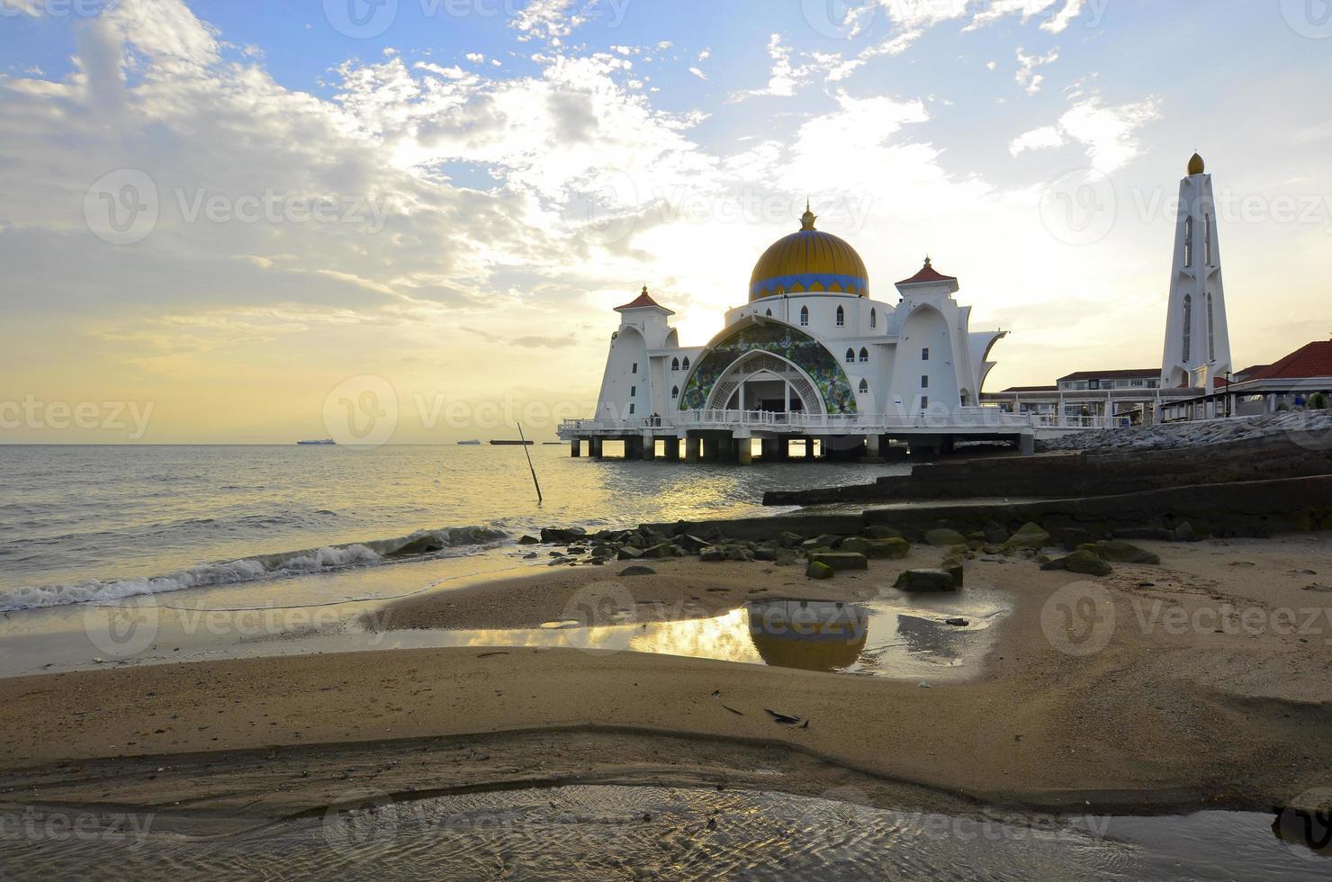 majestueuze drijvende moskee in de Straat van Malakka tijdens zonsondergang foto