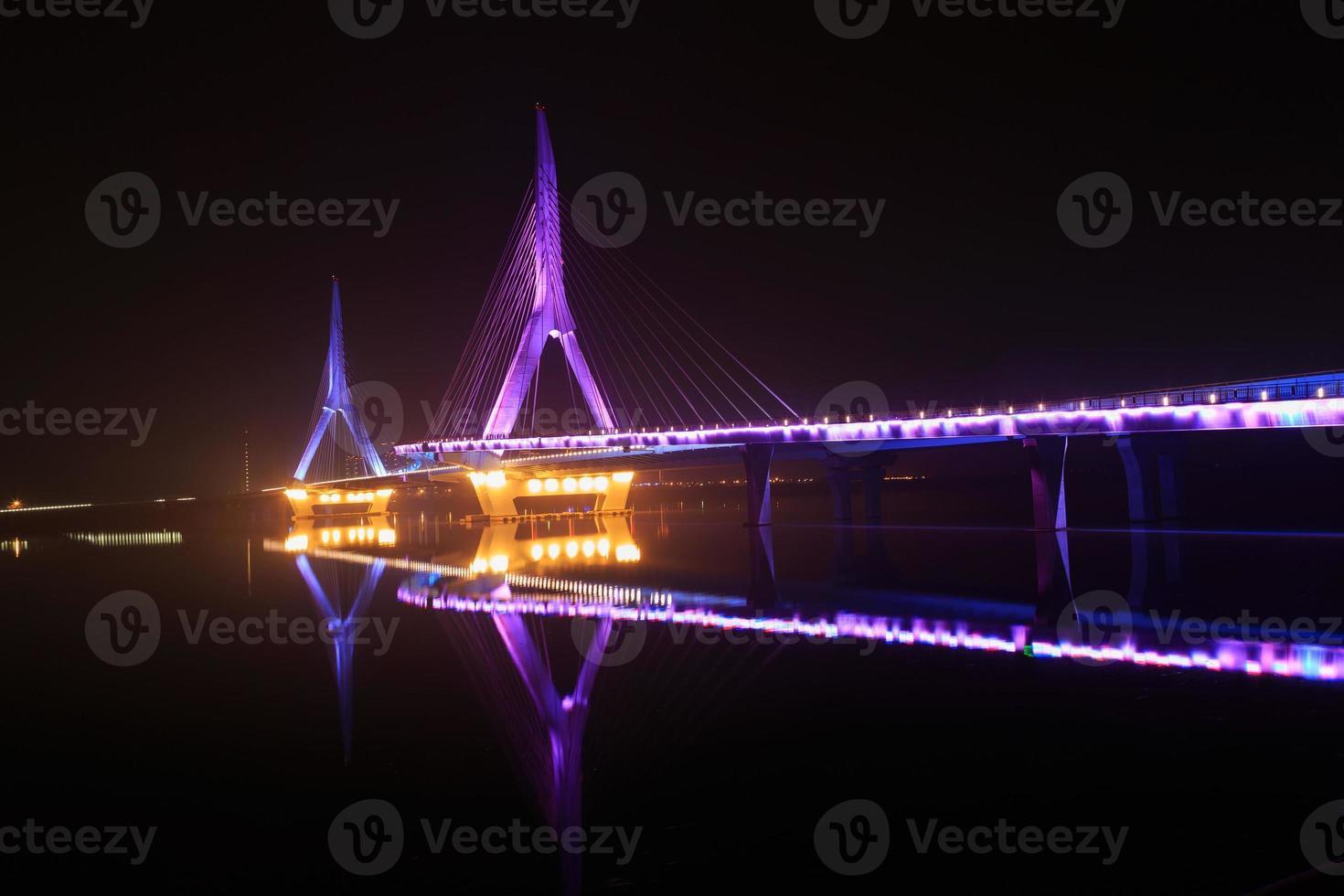 puente moderno en la noche foto