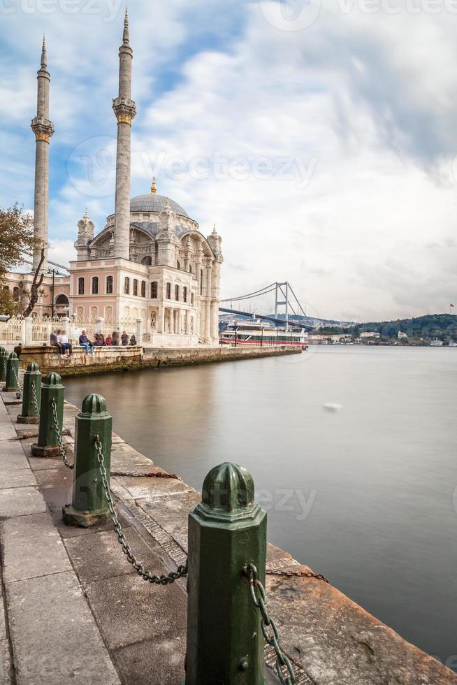 Mezquita Ortakoy con puente del Bósforo - Estambul foto