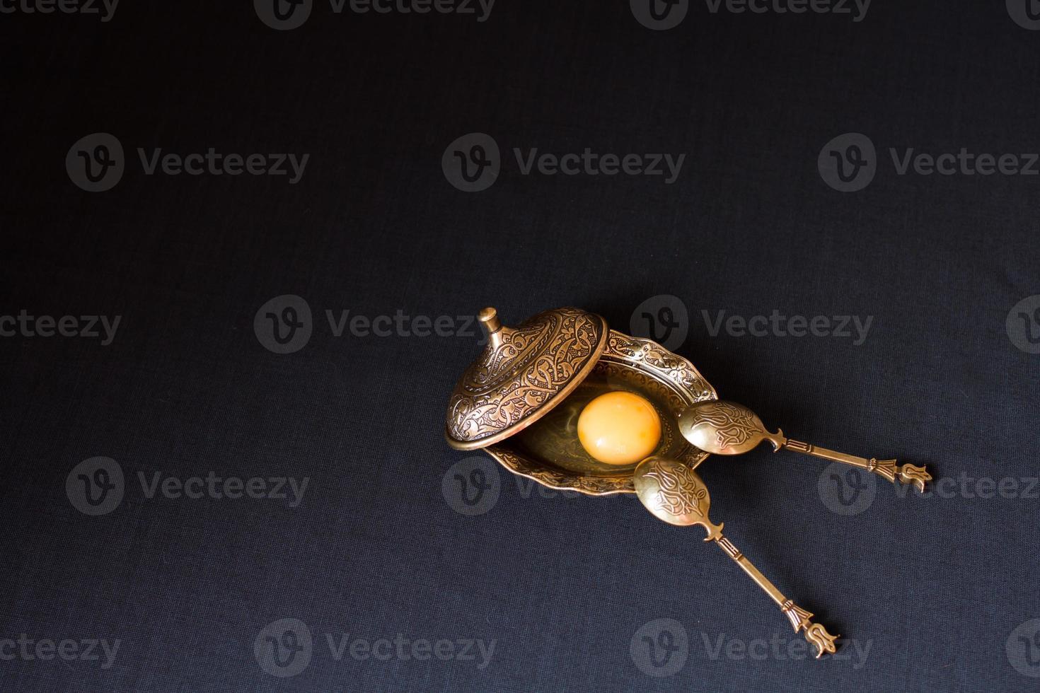 huevo roto en plato auténtico. yema y blanco juntos foto