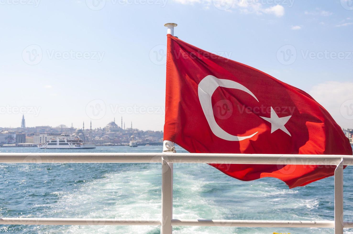 Turkse vlag op de zee foto