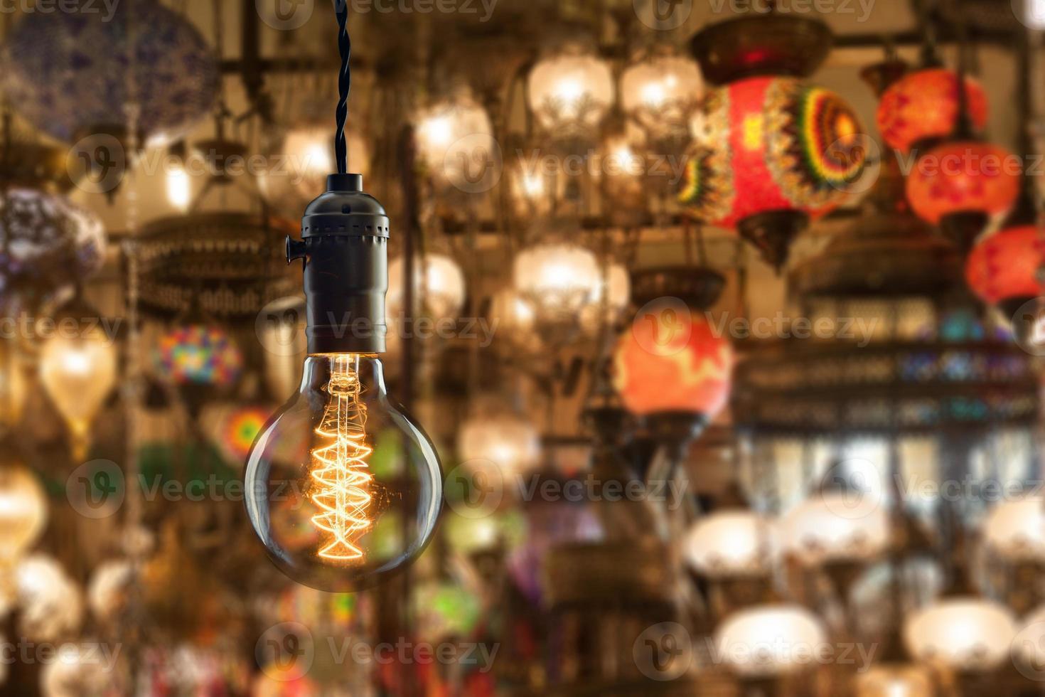 Bombilla incandescente vintage en el mercado de equipos de iluminación en Estambul foto