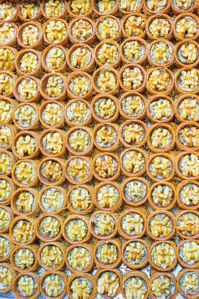 Dulces tradicionales turcos en el bazar egipcio de Estambul foto