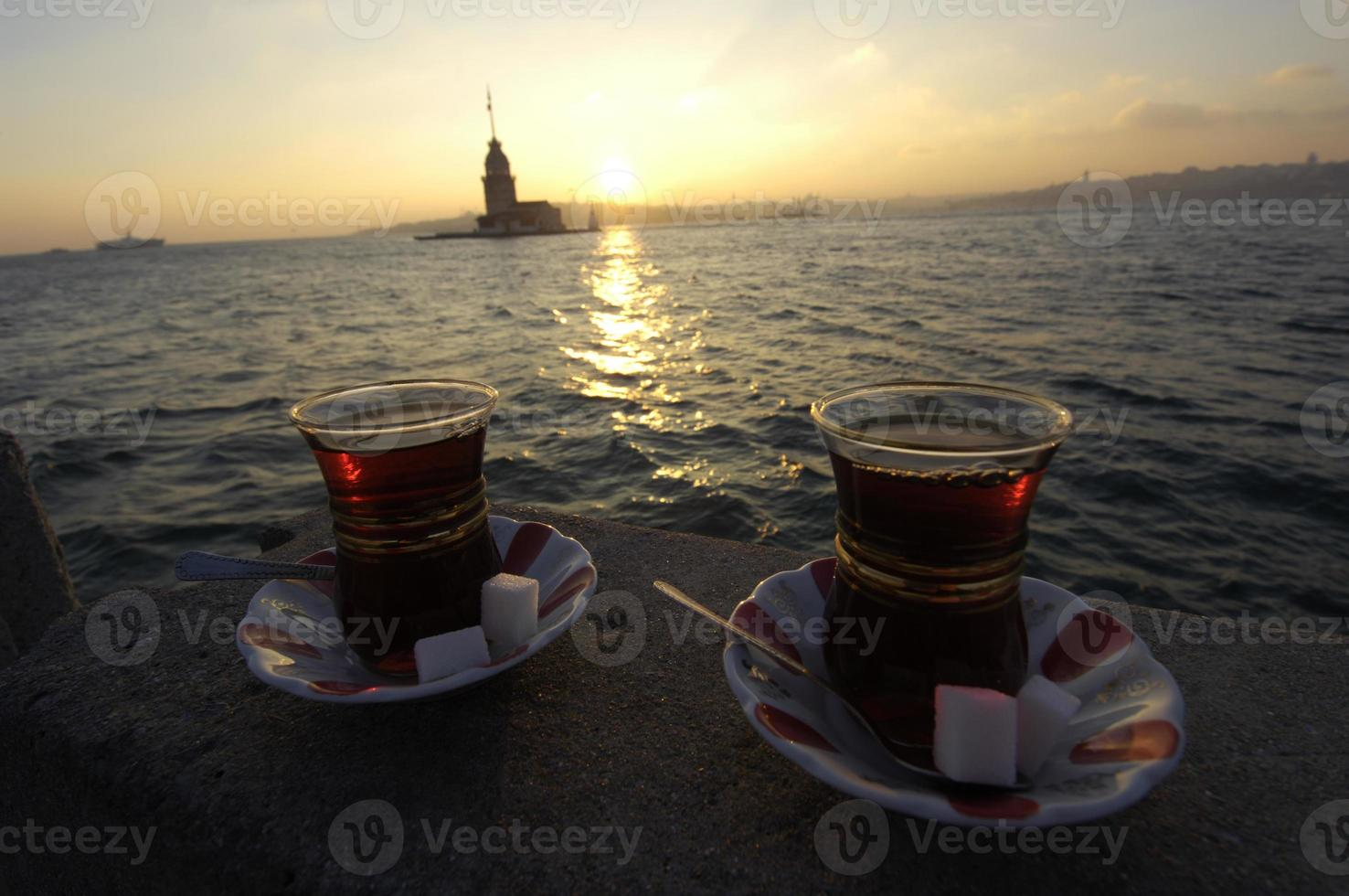 Té turco en el café en el Bósforo, Estambul foto