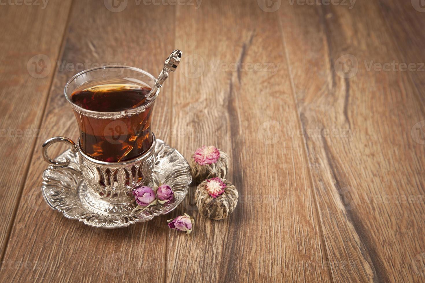 taza de té turco servido en estilo tradicional foto