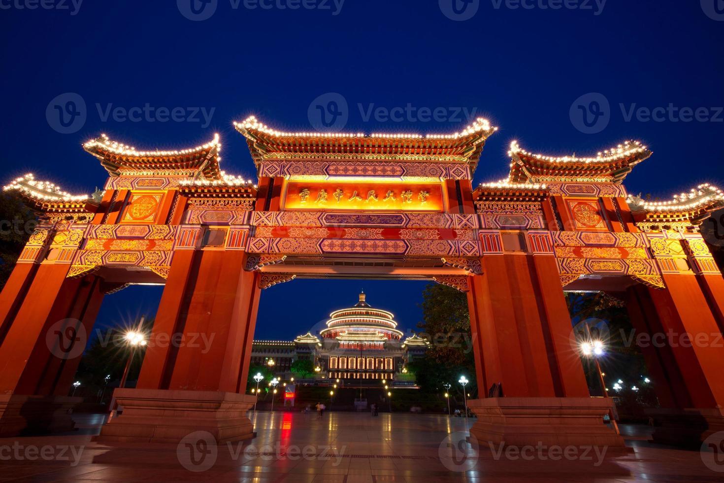 Puerta de arco y gran salón escena nocturna, Chongqing, China foto