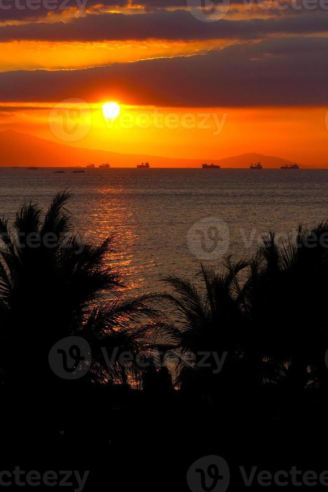 tramonto della baia di Manila foto
