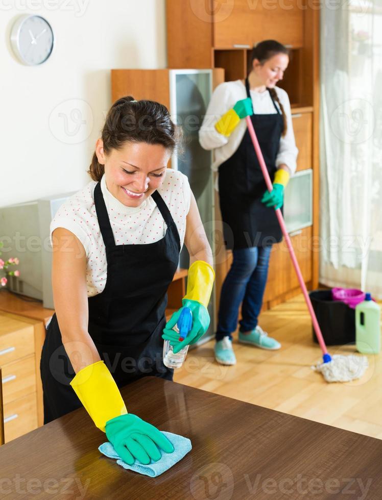 dos limpiadores que limpian el cuarto juntos foto
