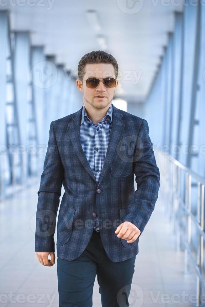 Retrato de un apuesto hombre de negocios foto