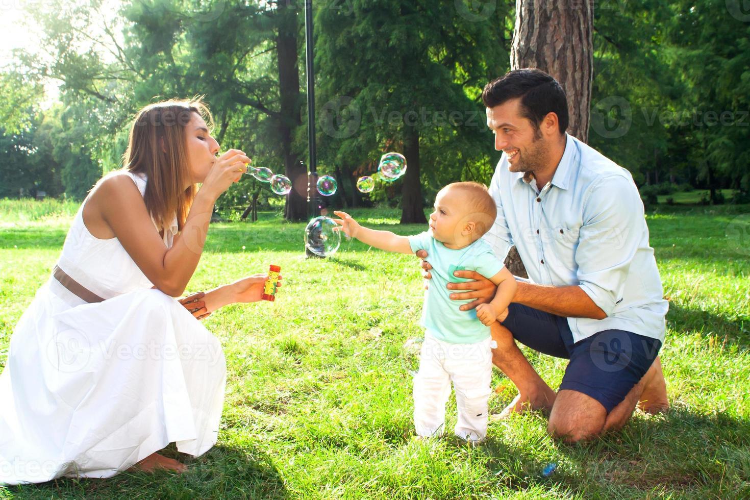 familia joven feliz foto