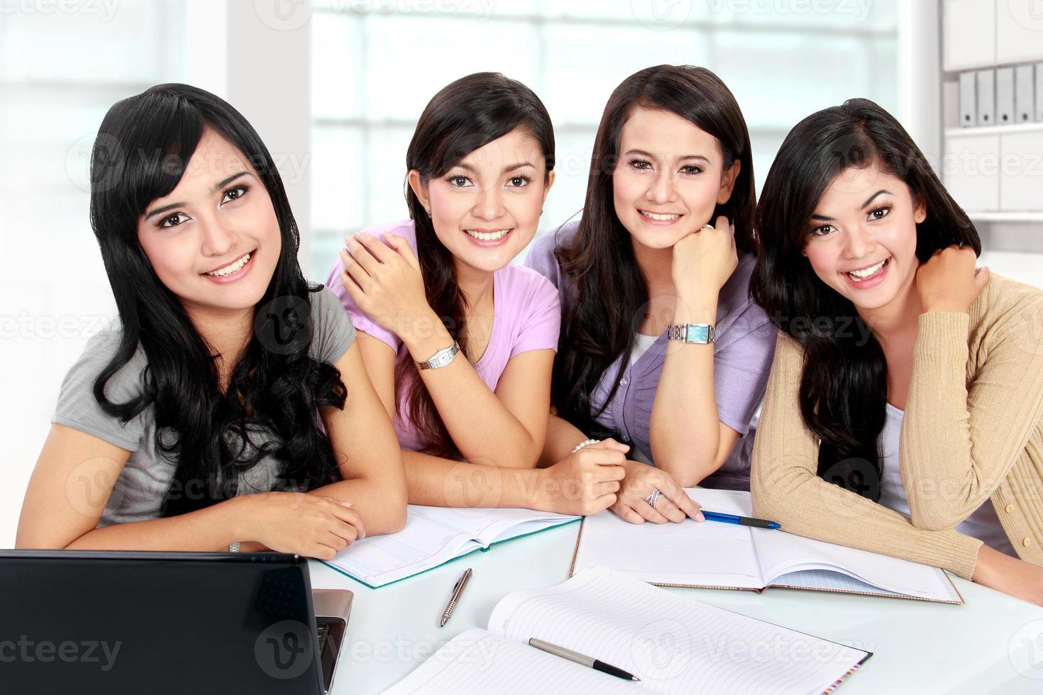 grupo de estudiantes que estudian juntos foto