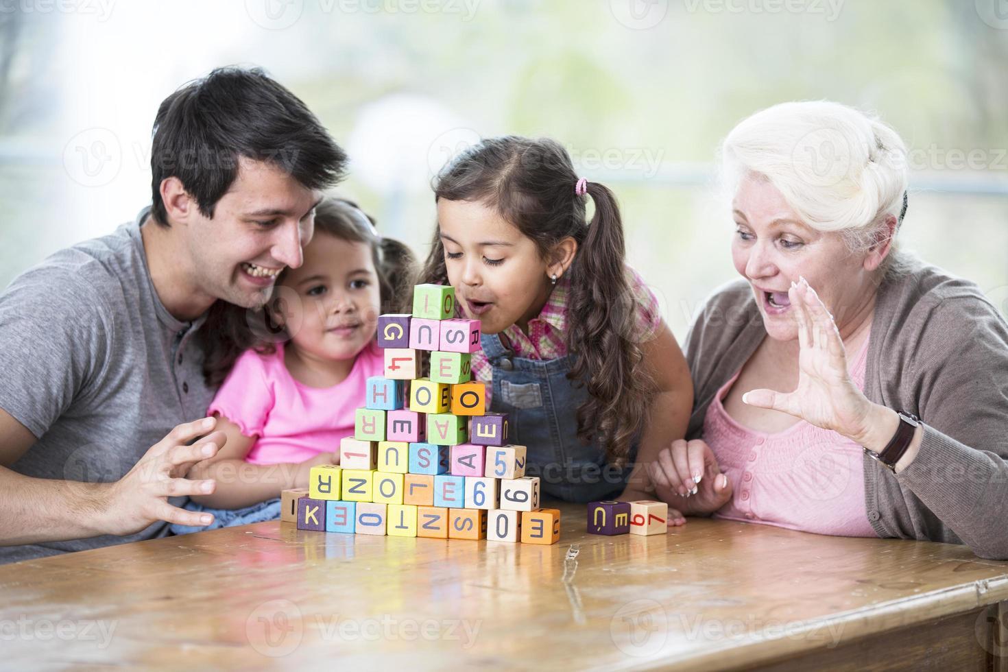 joven familia en casa foto