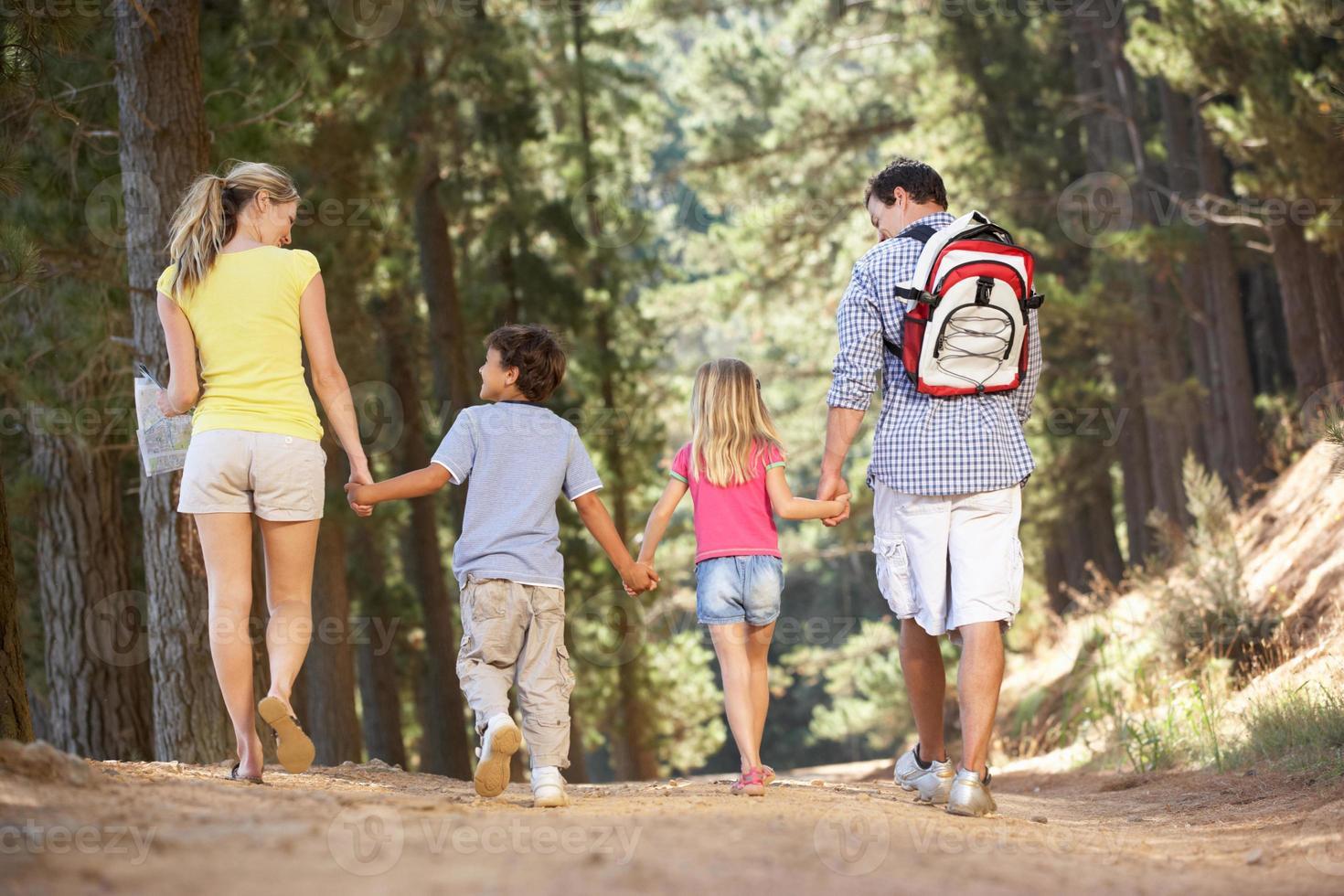 familia en paseo por el campo foto