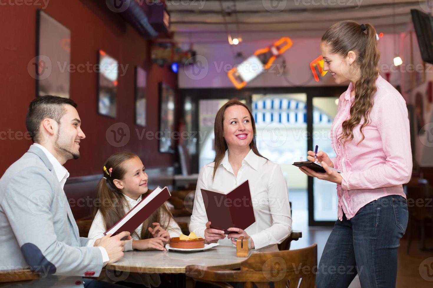 camarera y familia feliz foto
