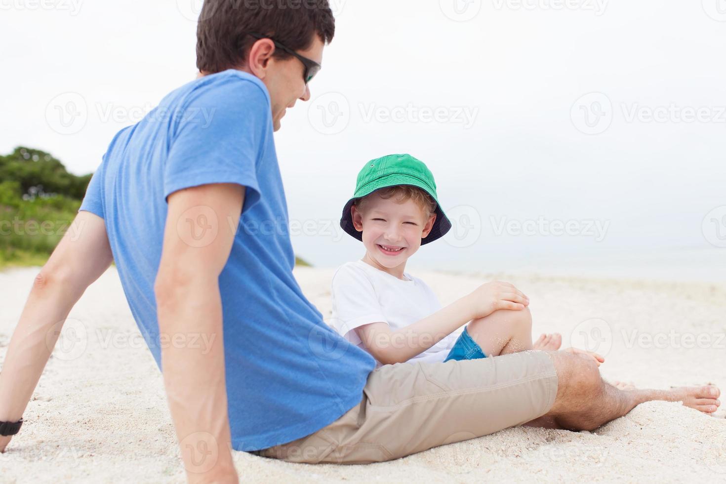 familia en la playa foto