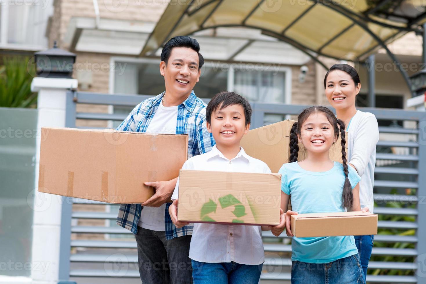 familia con cajas de cartón foto