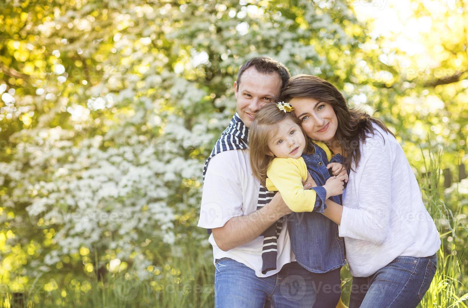 familia feliz en la naturaleza foto