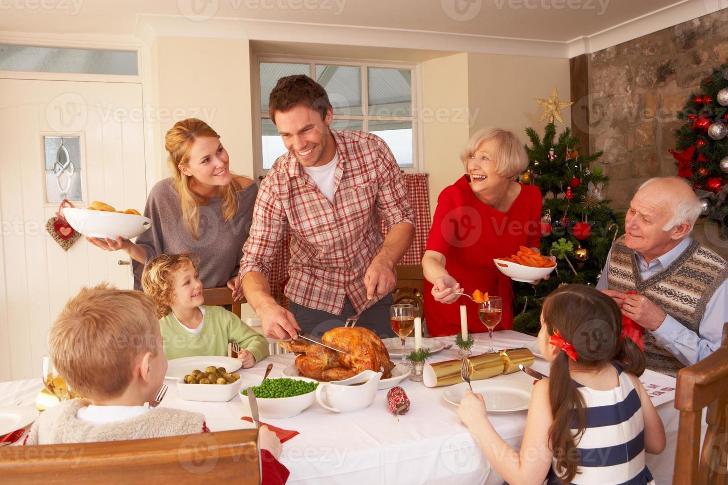 familia sirviendo cena de navidad foto