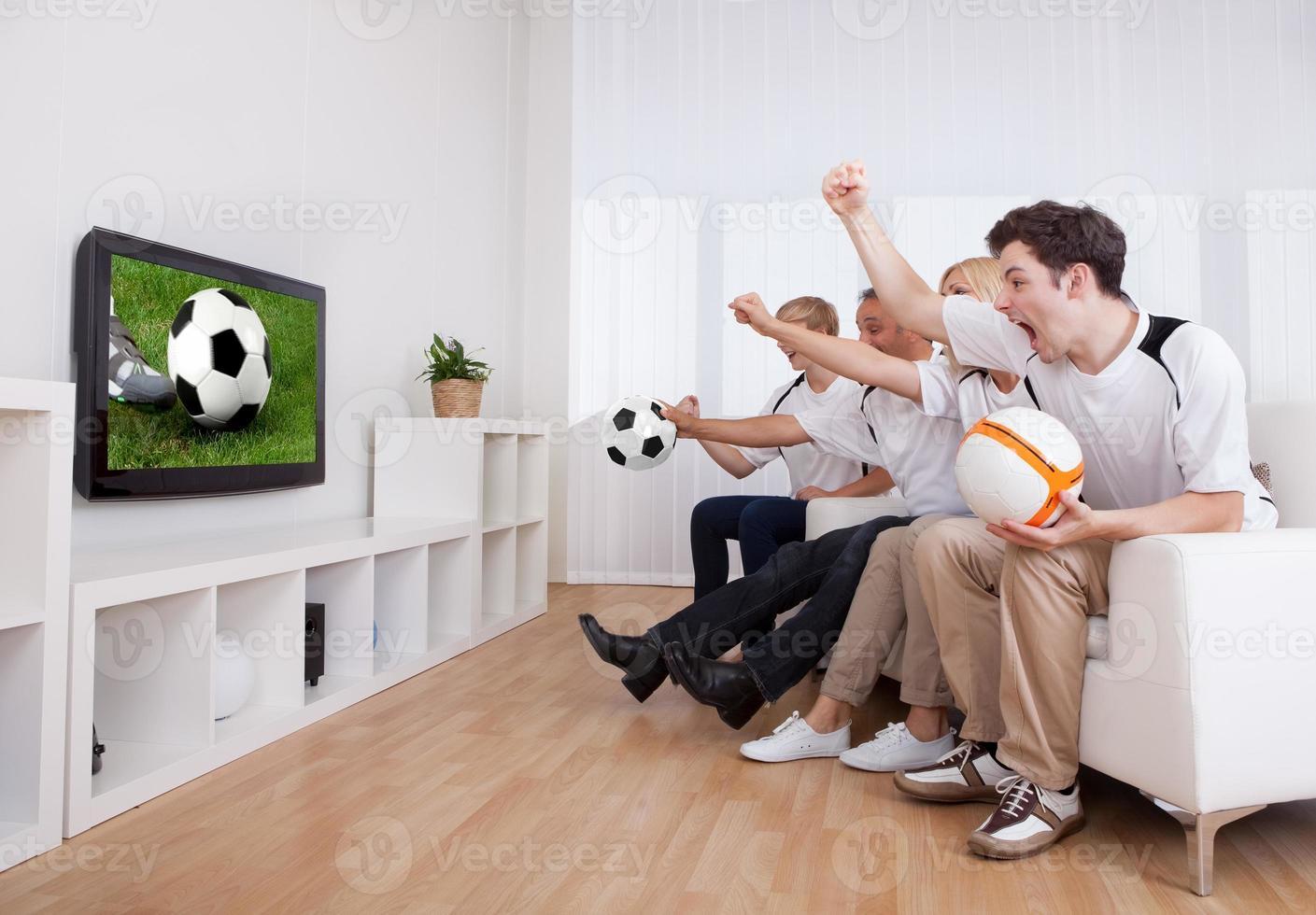 jubilosa familia viendo televisión foto