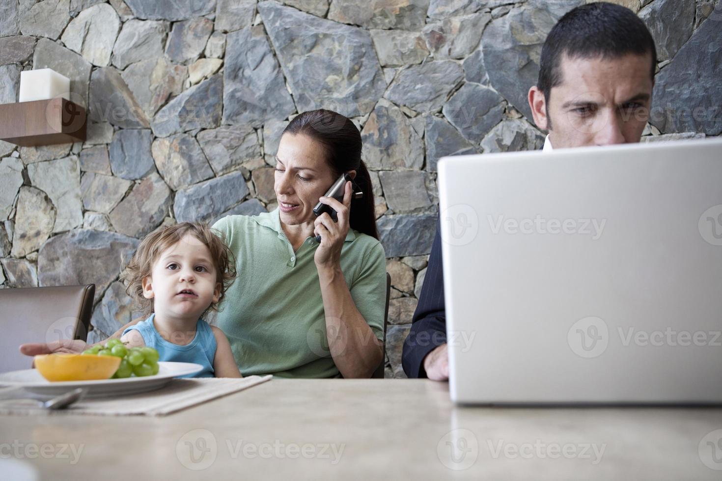 familia trabajando en la mesa del desayuno foto