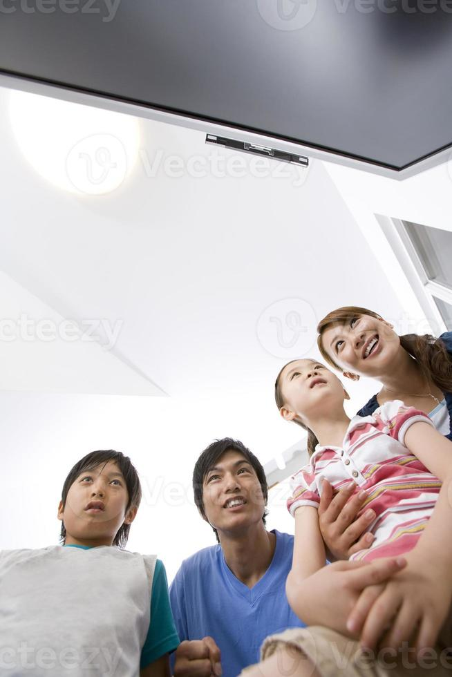 familia viendo monitor de tv foto