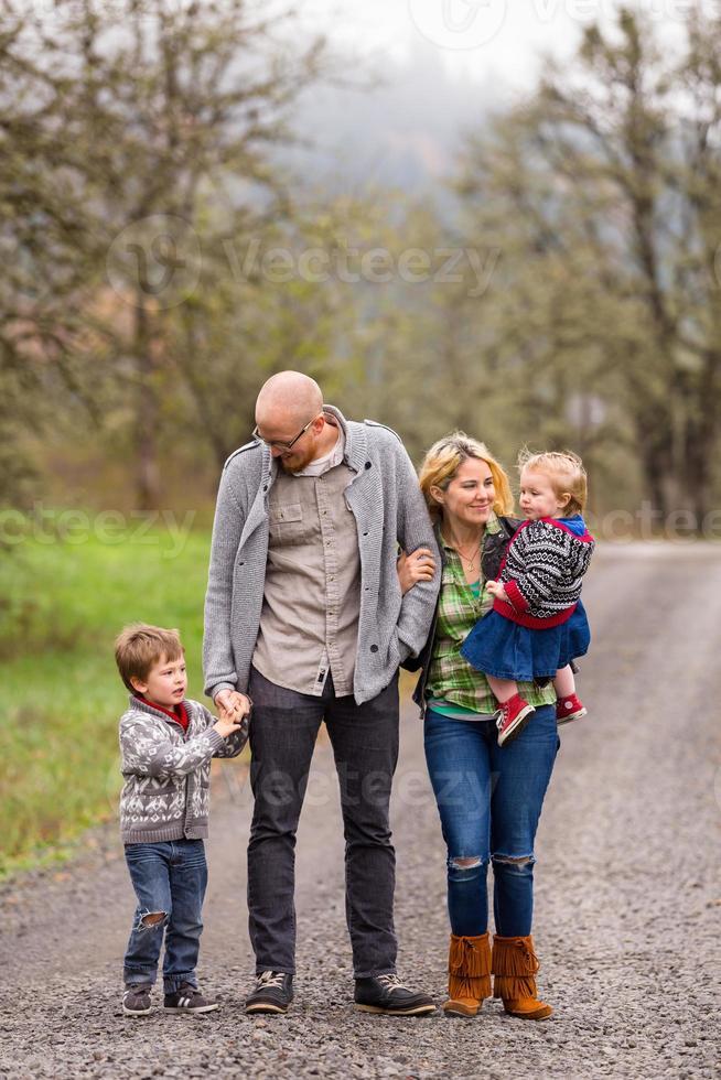 Retrato familiar de cuatro al aire libre foto