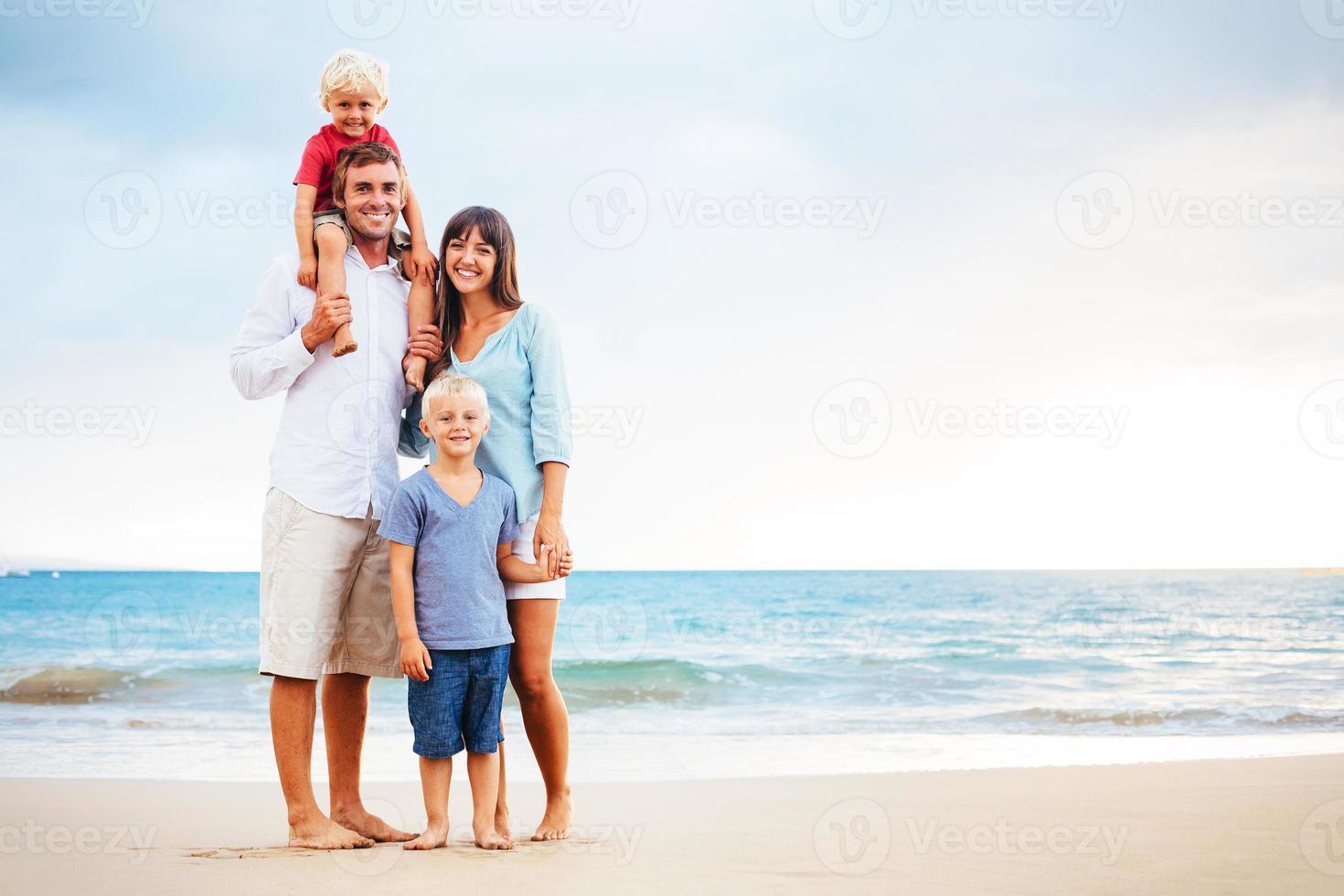 familia feliz con niños pequeños foto