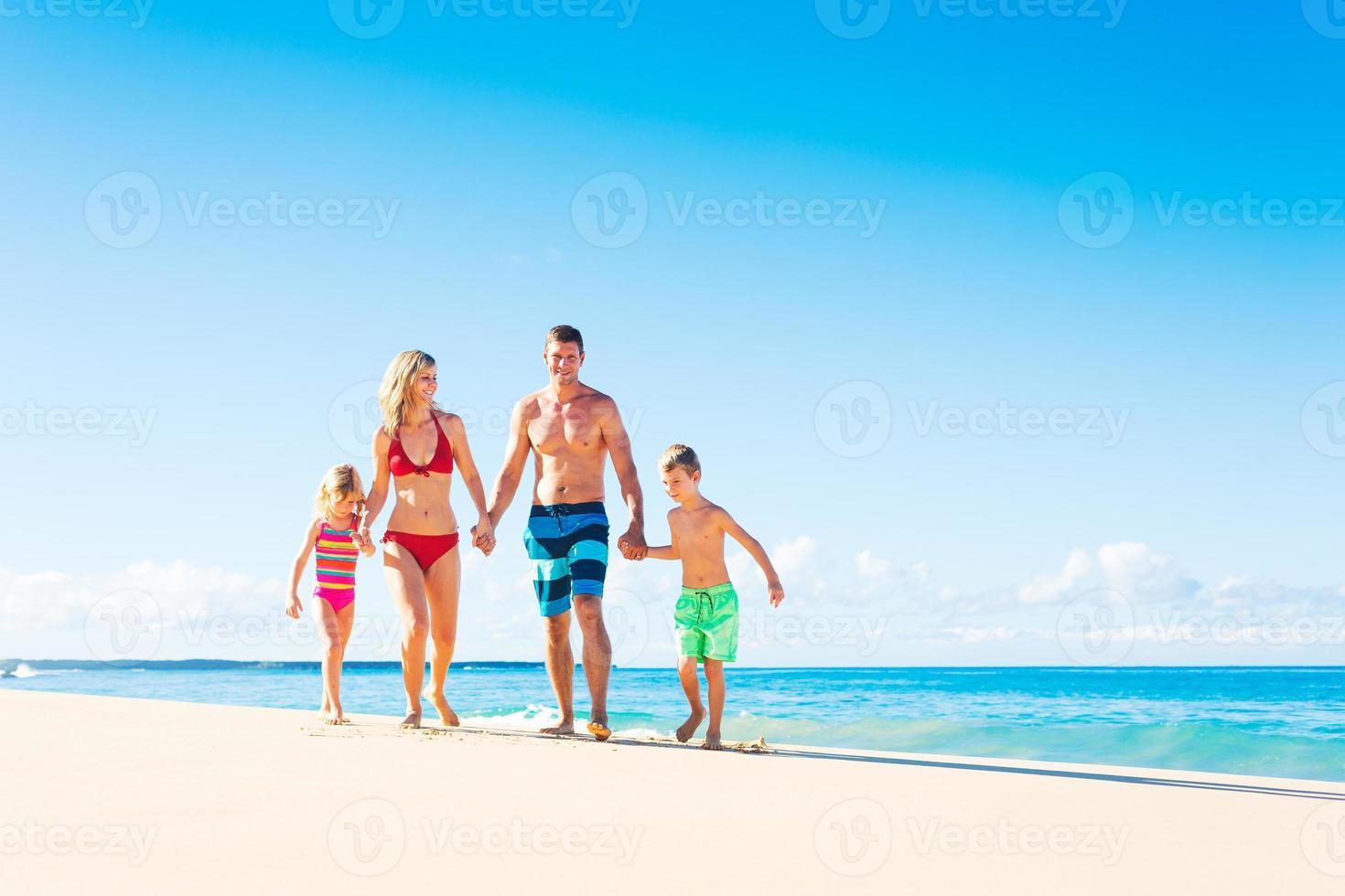 familia feliz en la playa foto