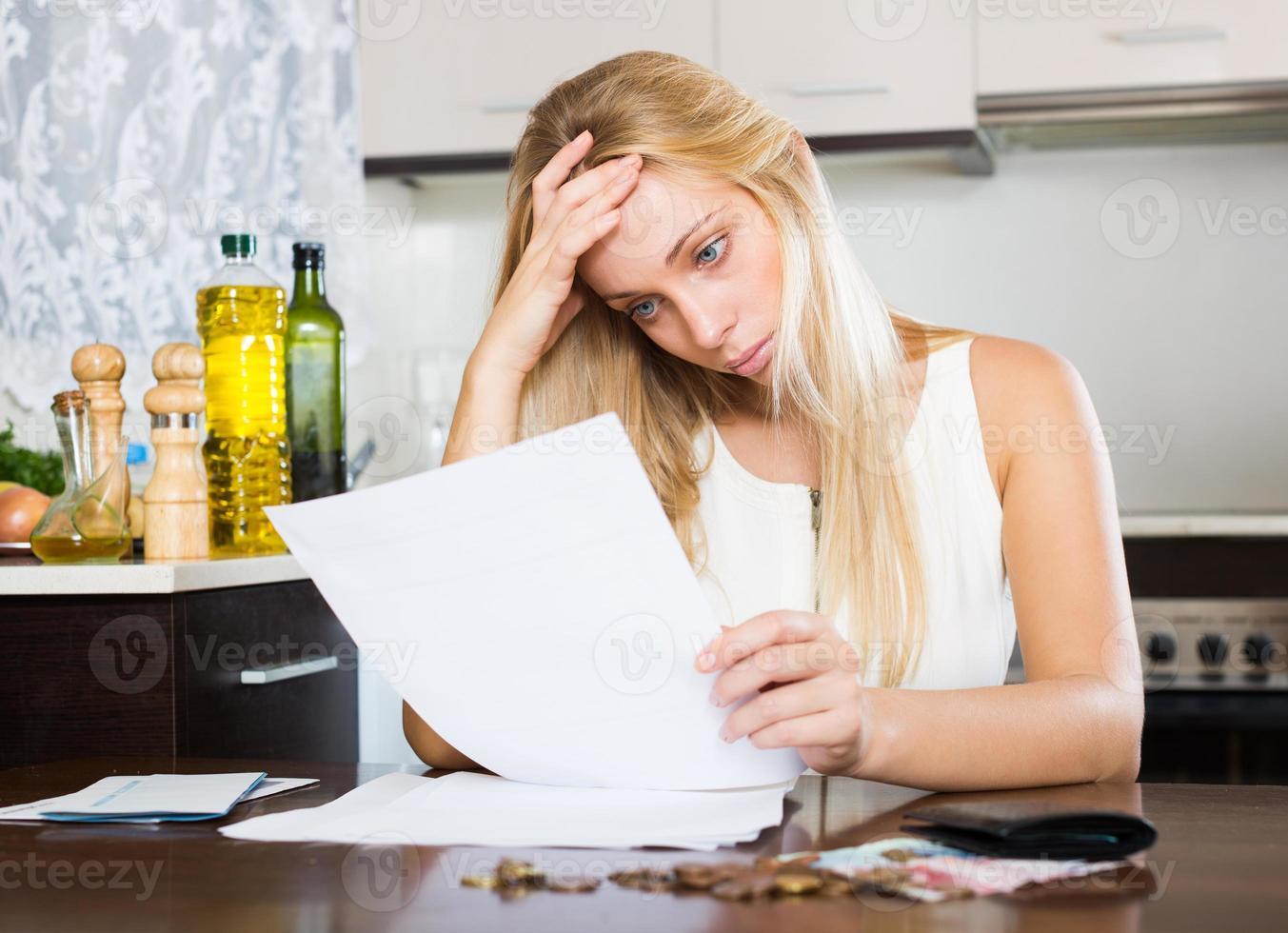 mujer triste calculando el presupuesto familiar foto