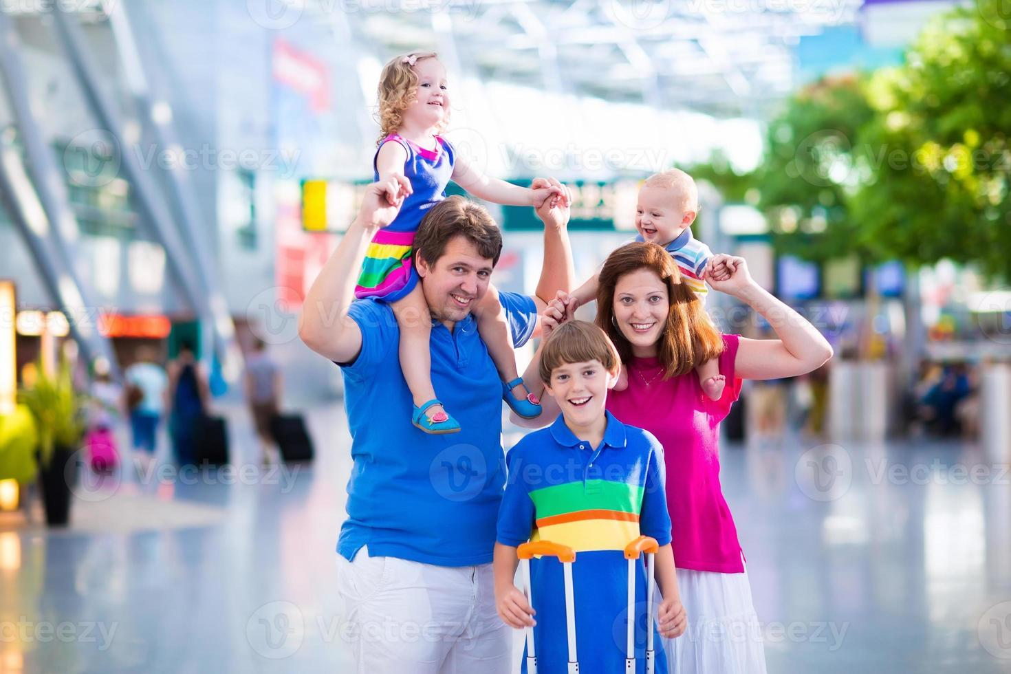 linda familia con niños en el aeropuerto foto