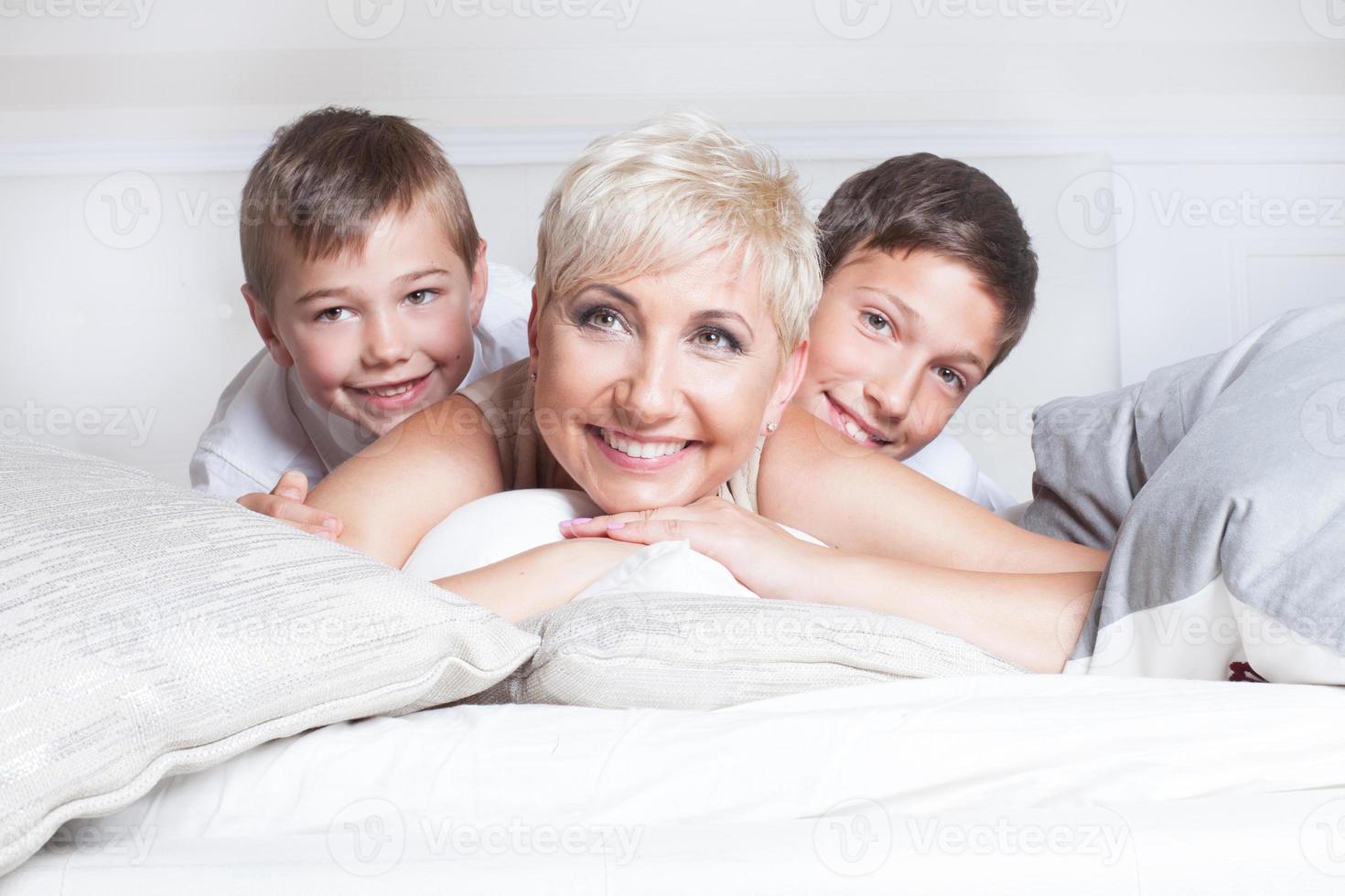 Retrato de familia, madre con hijos. foto
