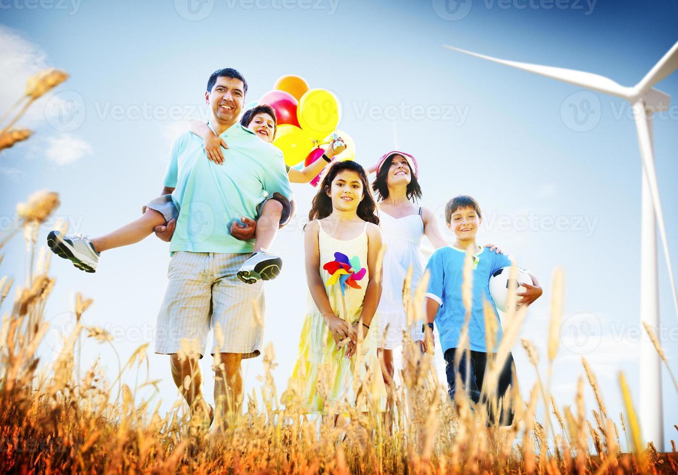 Familia jugando al aire libre concepto de campo de niños foto
