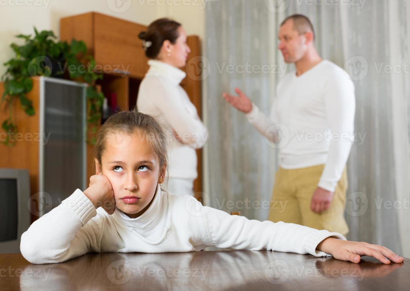 familia con hija teniendo conflicto foto