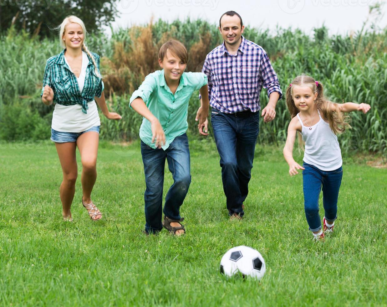 familia alegre corriendo con pelota foto