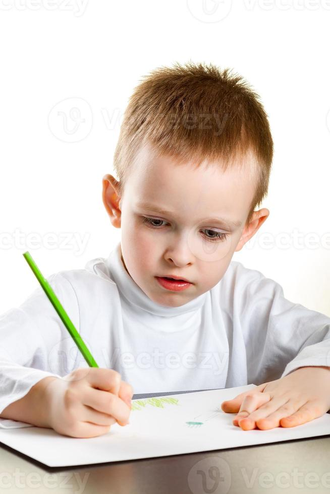 niño dibuja foto