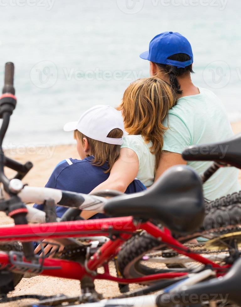 familia con bicicletas en la playa foto