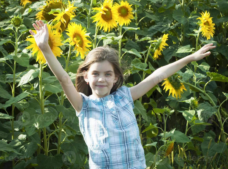 hermosa niña con girasol foto