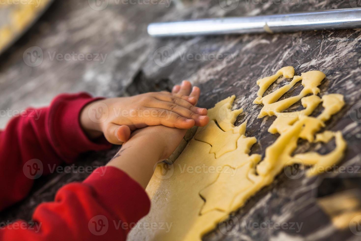 niño hace galletas foto