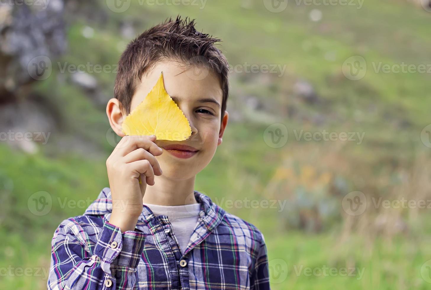 niño disfrutando el otoño foto