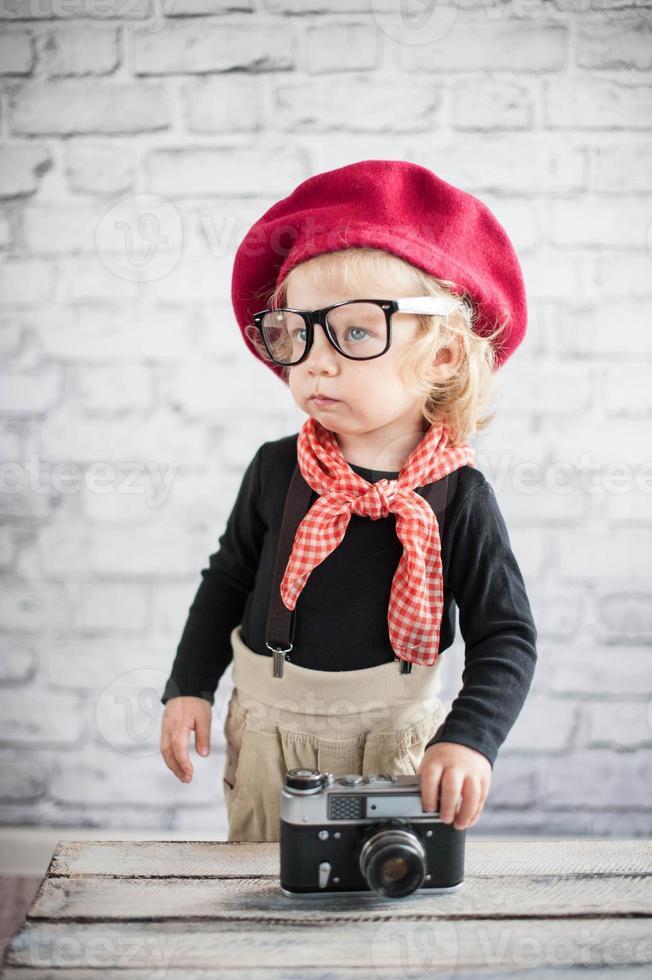 niño con cámara vintage foto