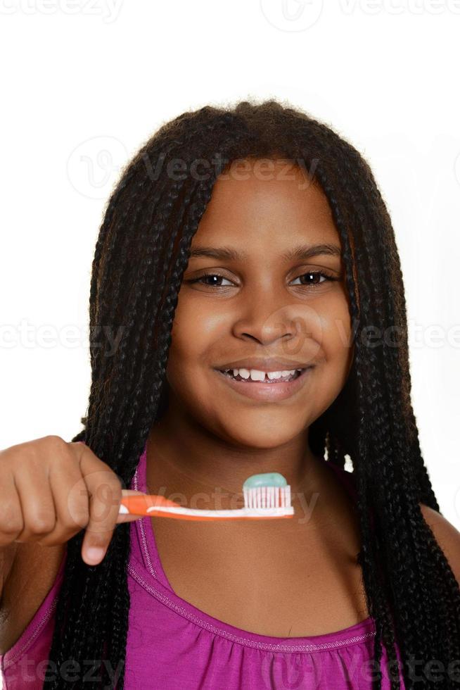 niña con cepillo de dientes foto