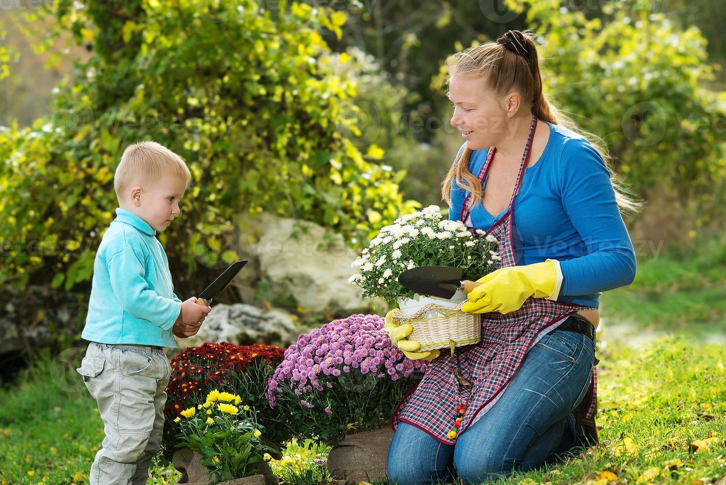 mujer joven con un niño foto
