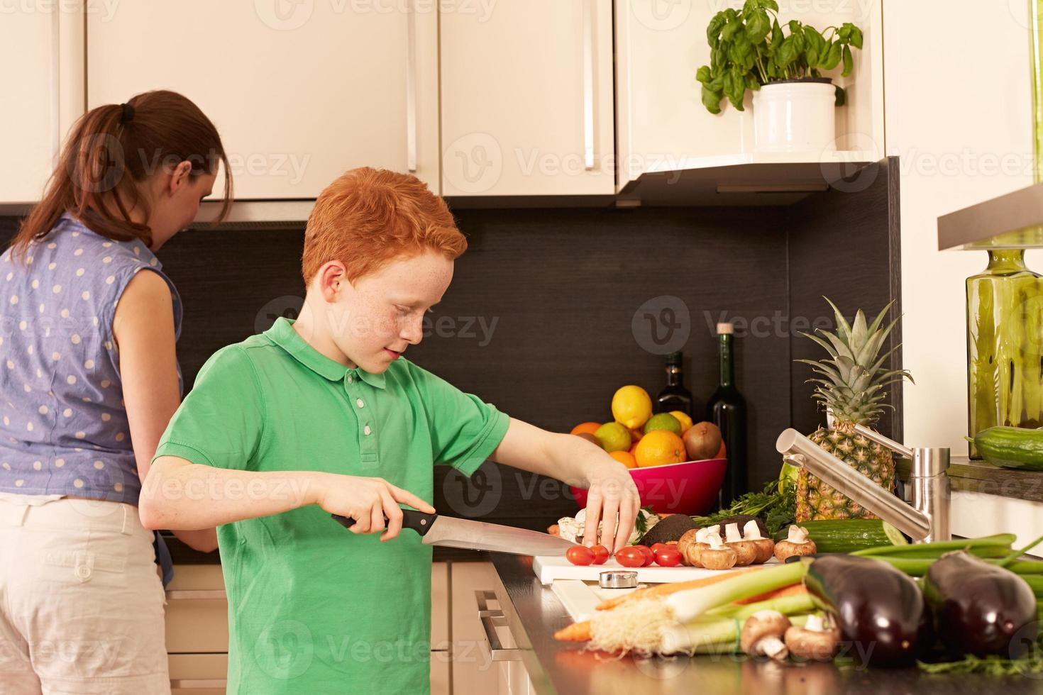 madre e hijo en la cocina foto