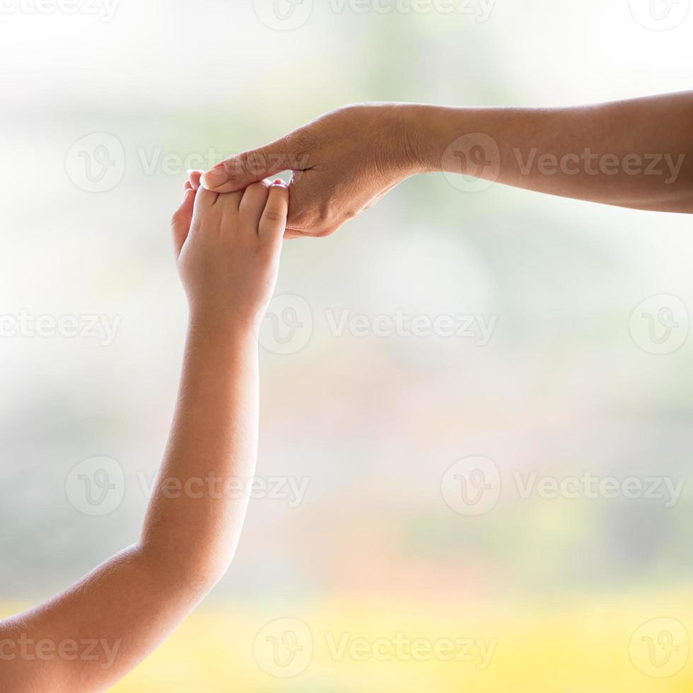 mano de mamá y niño foto