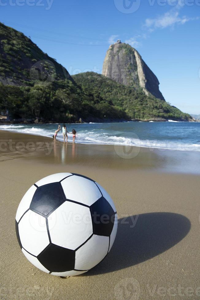 fútbol balón de fútbol playa roja pan de azúcar río de janeiro brasil foto
