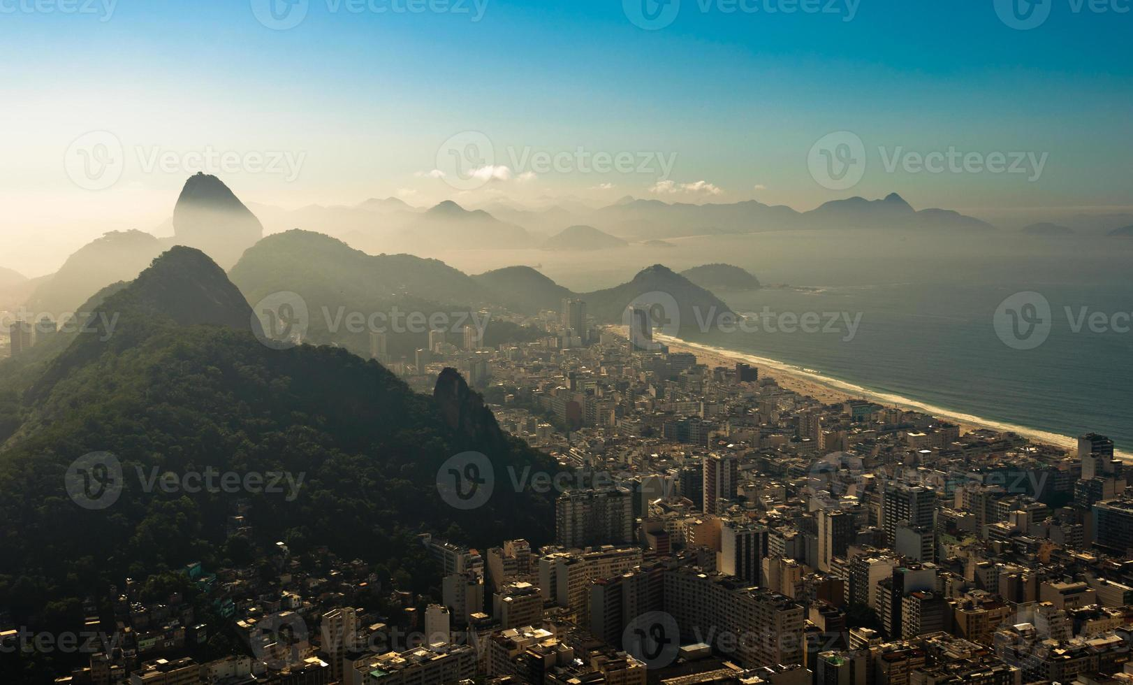 Río de janeiro en la bruma de la mañana foto