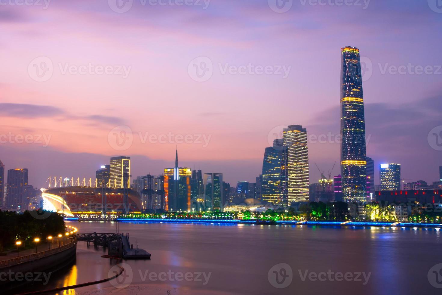 Edificio moderno del distrito financiero en Guangzhou, China foto
