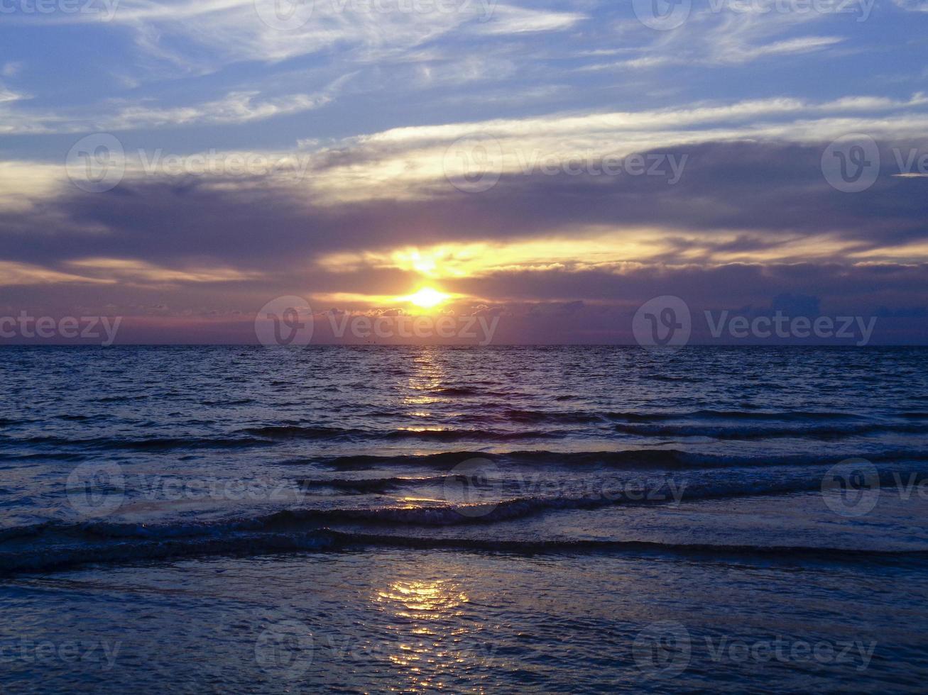 puesta de sol del océano foto