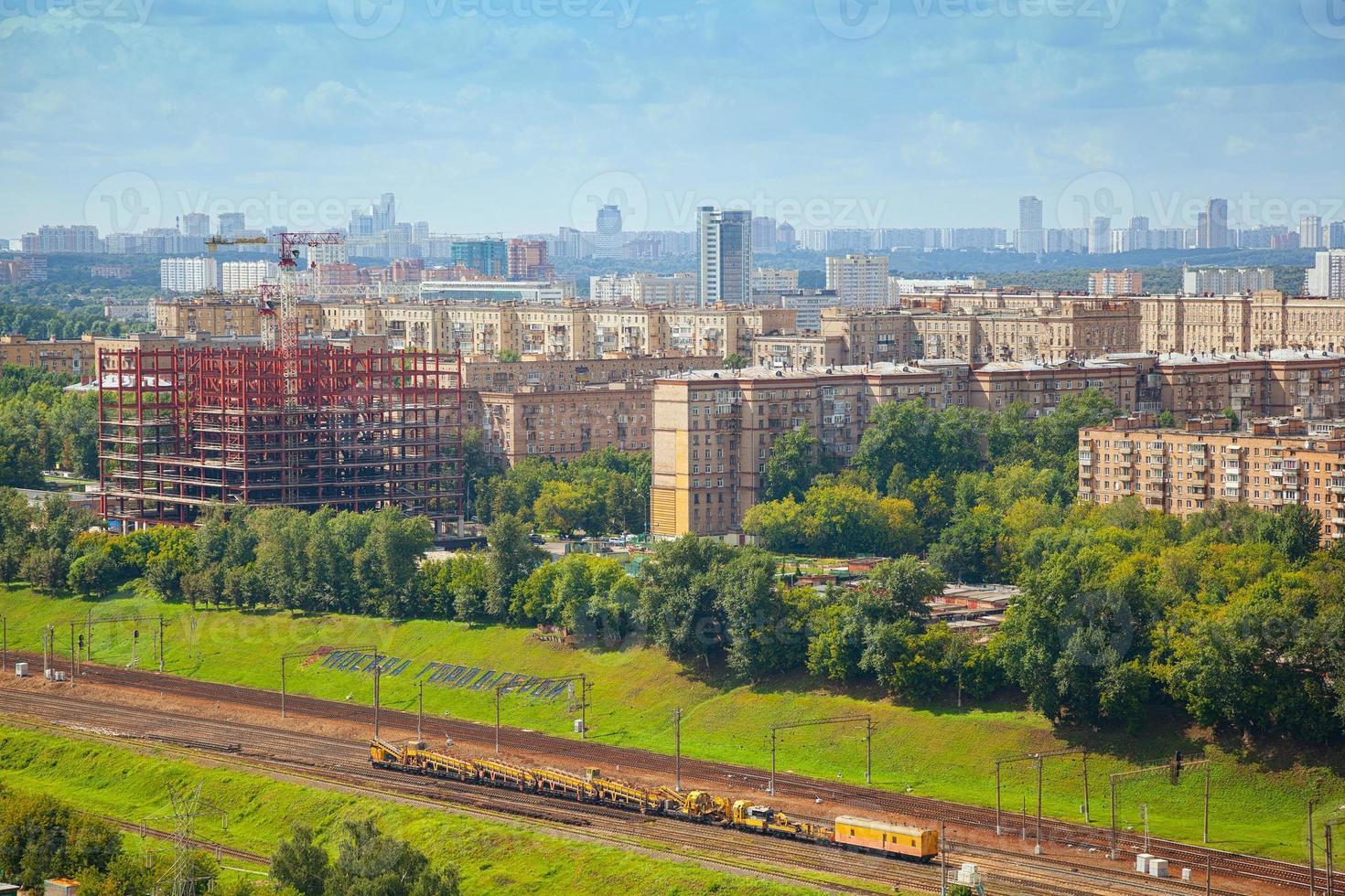 Paisaje urbano, parte antigua de la ciudad de Moscú. el ferrocarril en primer plano foto